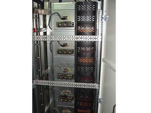 大连配电柜针对当前大连配电柜容易发生单点故障的现状,集成当今最先进技术成果和硬软件设计于一身。致力于给机房配电的建设和管理带来了全新的体验,主要应用于金融、电信、企业、政府等数据中心和机房,容量范围为30KVA-160KVA。整个配电系统采用标准的网络机柜兼模块化结构设计,搭配丰富的选配件,可以根据机房的实际需要,为客户量身定制个性化的高可靠性品。